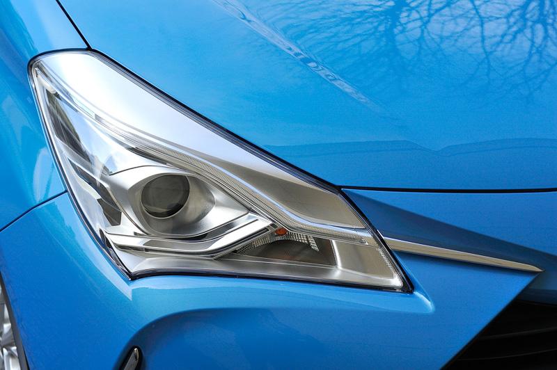ヘッドライトはガソリンモデルでマルチリフレクター式、ハイブリッドモデルでプロジェクター式のハロゲンライトを標準装備。また、一部のグレードを除いて1灯でハイビームとロービームを切り替えて使う「Bi-Beam LEDヘッドライト」(写真)をオプション設定している