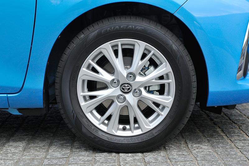 タイヤサイズは185/60 R15。標準装備はスチールホイール+フルホイールキャップだが、試乗車ではメーカーオプションのアルミホイールを装着していた
