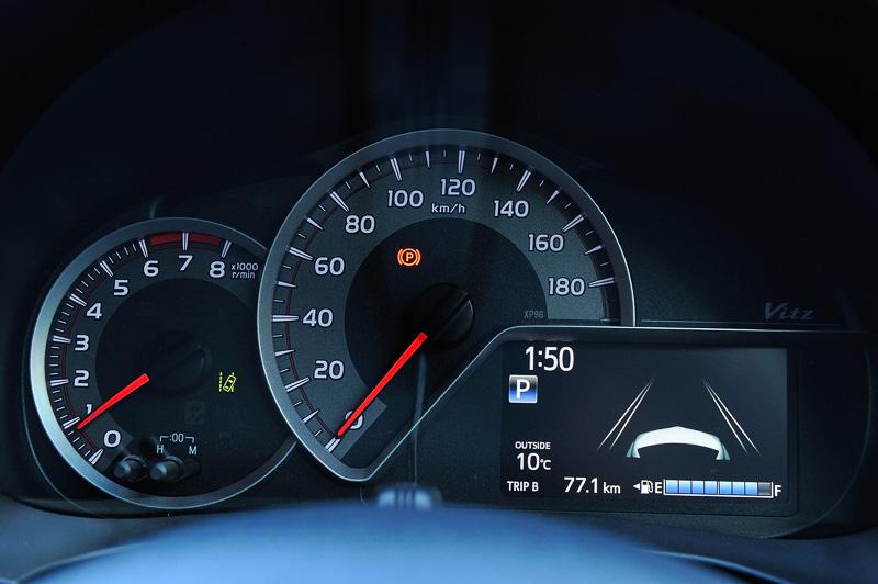 メーターパネルは中央にスピードメーターを置き、右下にマルチインフォメーションディスプレイをレイアウト。左側はハイブリッドモデル(中央)はハイブリッドシステムインジケーター、ガソリンモデル(右)はタコメーターとなる