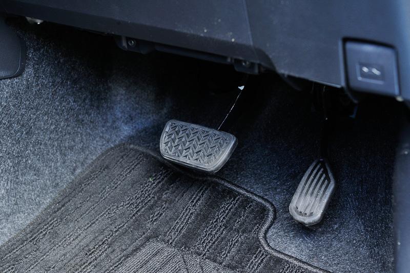 足下にはアクセルとブレーキの2つのペダルを設置。パーキングブレーキはセンターコンソールのハンドブレーキとなる