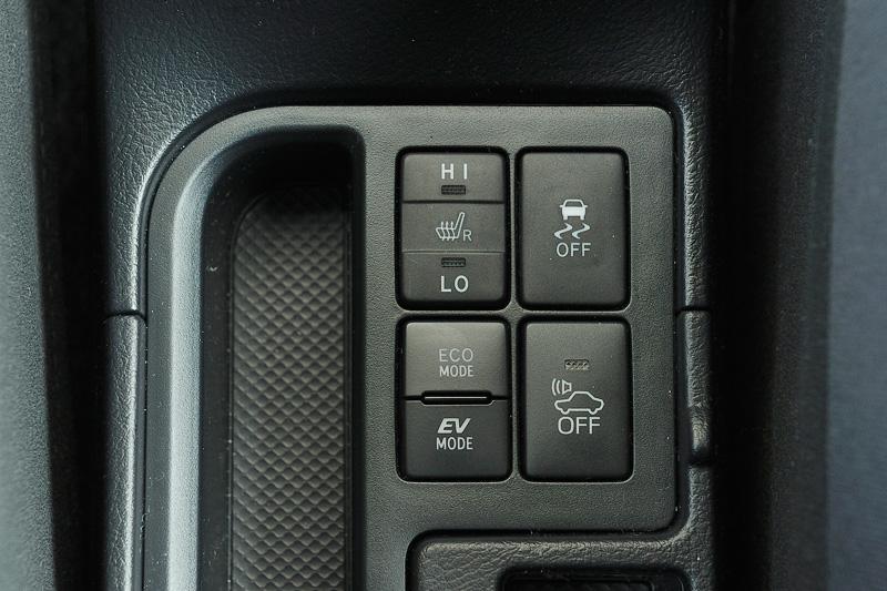 ハイブリッドモデルはモードスイッチを押すことで、「エコドライブモード」「EVドライブモード」を選択可能。「車両接近通報装置」もハイブリッドモデル全車に標準装備