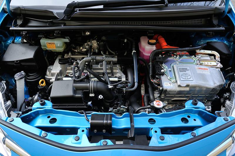 直列4気筒DOHC 1.5リッター自然吸気エンジンと1LMモーター、電気式無段変速機を組み合わせる「THS II」を採用。ハイブリッドモデルのJC08モード燃費は34.4km/L