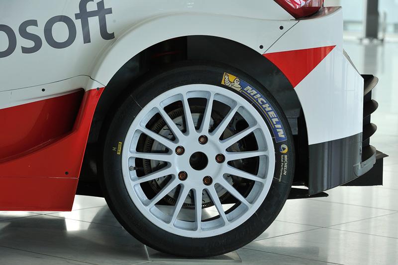 車両の前後に幅の広いフェンダーを追加してミシュラン製のワイドタイヤを装着