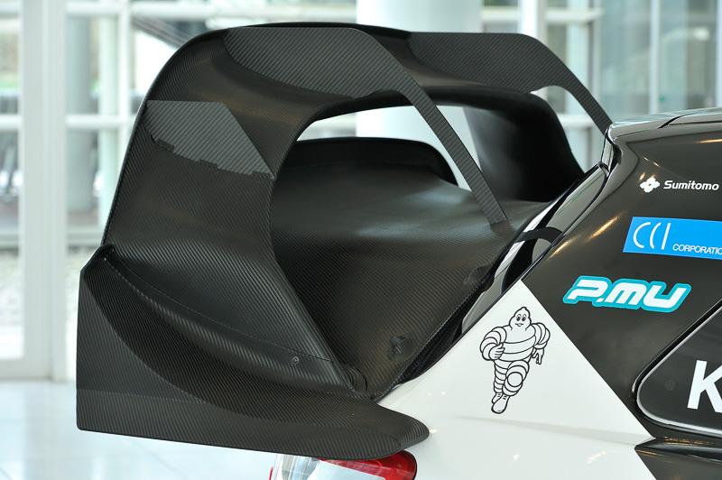 ドアミラーやリアウイングなどはカーボン素材で複雑な形状となっている