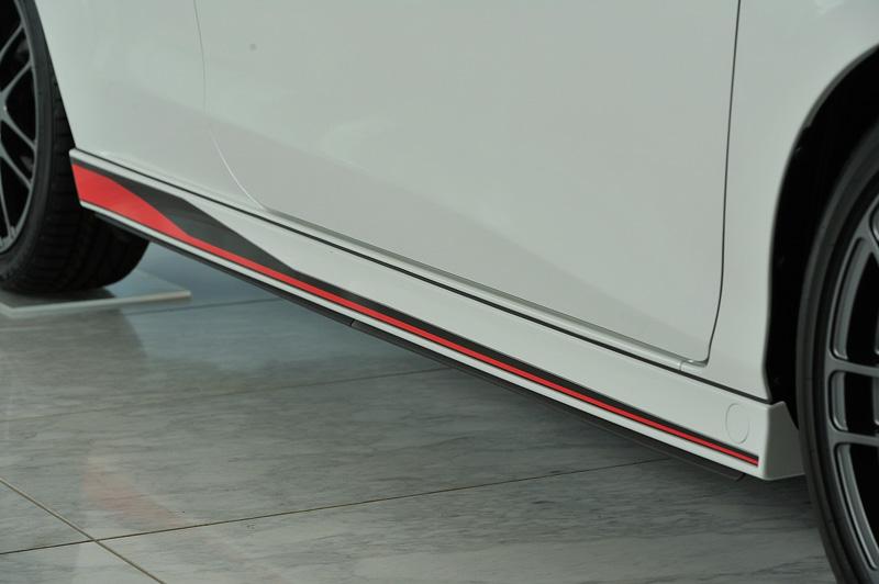 フロントバンパー両サイドやサイドステップにエアロパーツを追加