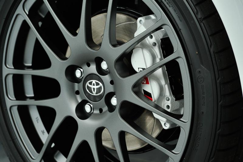 ブレーキキャリパーはホワイトに塗装されており、4輪ディスクブレーキを採用している