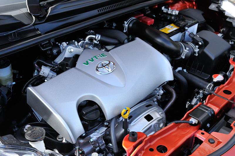 1.3 Uの2WD(FF)車に搭載される直列4気筒DOHC 1.5リッター自然吸気エンジン「1NR-FKE」。最高出力73kW(99PS)/6000rpm、最大トルク121Nm(12.3kgm)/4400rpmを発生し、JC08モード燃費は25.0km/L
