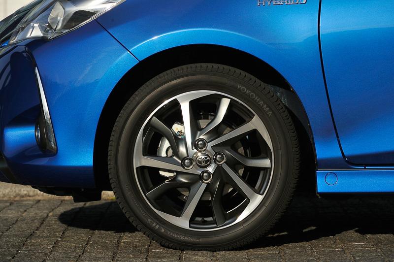 195/50 R16サイズのタイヤと切削光輝+ダークグレーメタリック塗装の専用アルミホイールを装備する