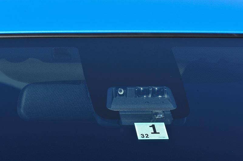 「Toyota Safety Sense C」をFグレードにオプション設定、そのほかのグレードで標準装備し、採用車ではフロントウィンドウに単眼カメラとレーザーレーダーを組み合わせたセンサーユニットを装備する