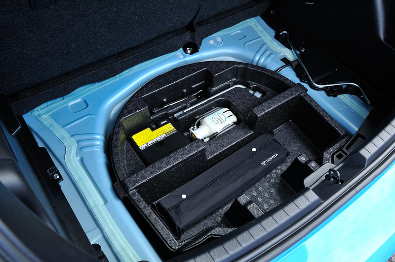 フロア下に「タイヤパンク応急修理キット」などを配置