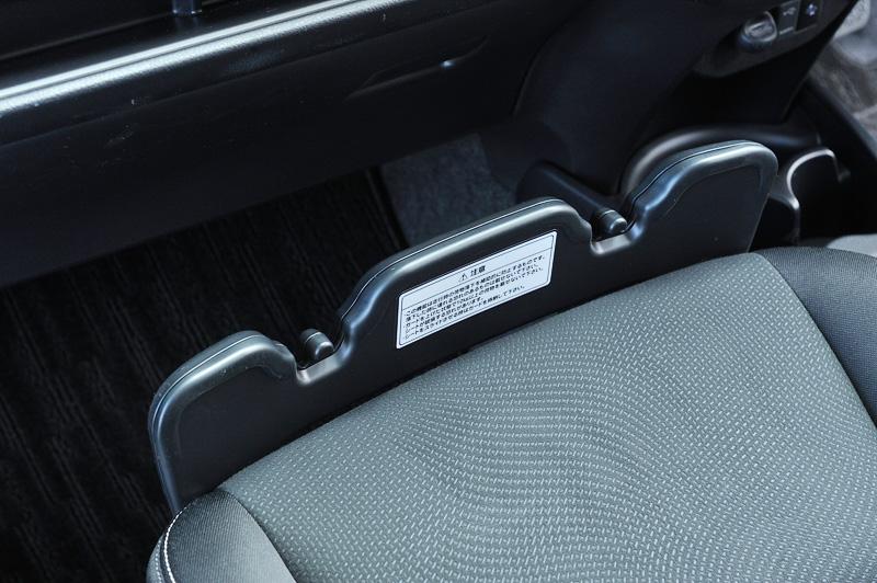 さまざまな場所に収納スペースを設定。助手席前方のプレートを引き上げてブレーキング時などに座面に置いた荷物が落ちないようにする「買い物アシストシート」は、溝の部分で傘を固定したりバッグなどを掛けておけるよう工夫されている