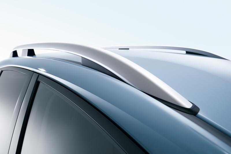 ブラックのホイールアーチやルーフレールなどを装備してSUVらしさを強調。ルーフレール無し車も用意され、全高が45mm低い1550mmとなる