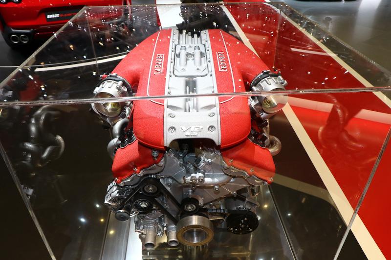 新開発のV型12気筒6.5リッターエンジンは最高出力588kW(800CV)/8000rpm、最大トルク718Nm/7000rpmを発生