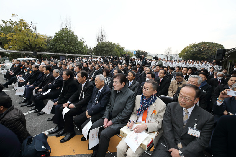 100名の関係者、高岡工場の従業員1600人が集まった