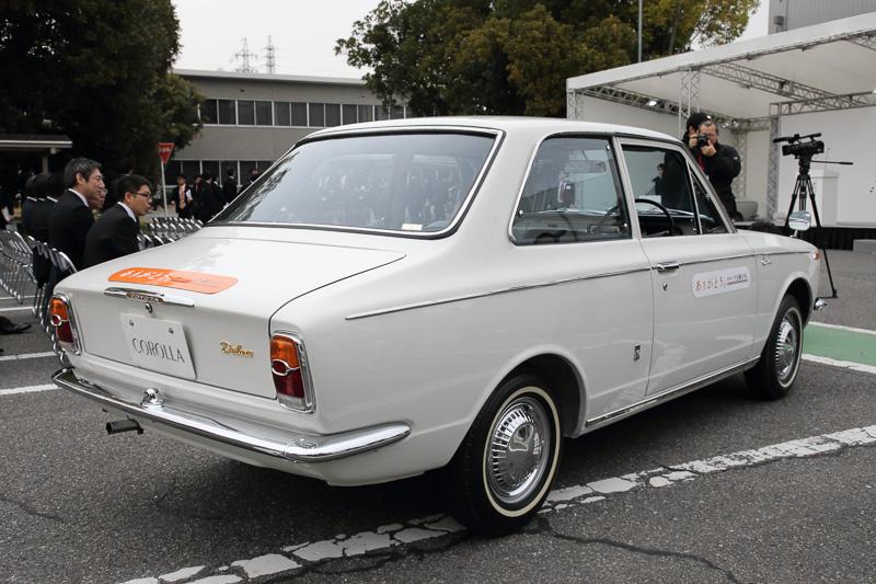 3段のコラムシフトがまだ多かった時代に4段のフロアシフトを採用、当時乗用車には角形のドレッシーなものが多かったメーターを丸型にし、セミファーストバックのスポーティなスタイリングを採用した初代カローラ