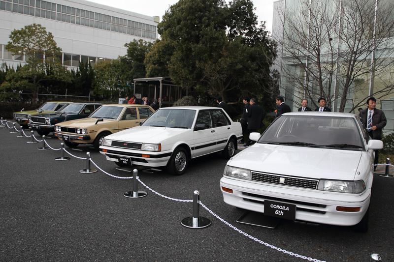 高岡工場のビジターセンター前には歴代のカローラがずらりと並べられた