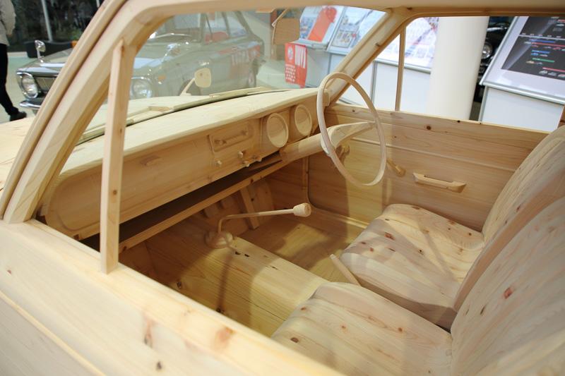 高岡工場のビジターセンター内に展示されていた「間伐材カローラ」。1966年に財団法人勤労センター憩いの家として誕生した公益法人「あすて」の設立50周年を記念して作られたもので豊田市内で間伐した檜材で製作。初代カローラの内外観を可能な限り忠実に再現されている