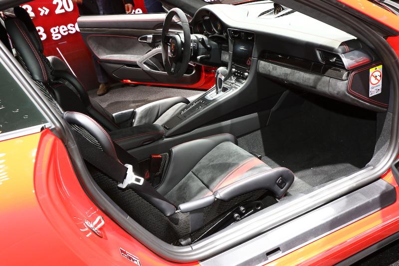 2シーターの新型911 GT3のインテリア。シートは18wayの電動調整式アダプティブスポーツシート・プラス、可倒式バックレストと内蔵式胸部エアバッグおよび手動式前後調整機能を備えたスポーツバケットシート、CFRP製フルバケットシートの3タイプが用意される