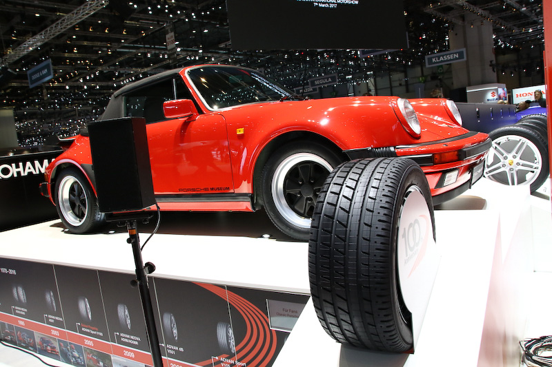 横浜ゴムブースには、復刻した「YOKOHAMA A008P」を履くポルシェ「911ターボ カブリオレ(タイプ930)」が飾られていた。1989年製のタイプ930は、ポルシェミュージアムの保管展示車両とのこと