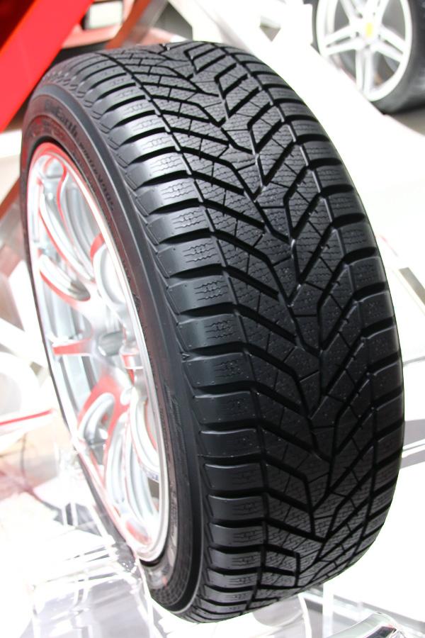 BluEarthブランドでは初となるウィンタータイヤの「BluEarth WINTER V905」。ウィンタータイヤながらもBluEarthの技術を用いて燃費性能を高めている