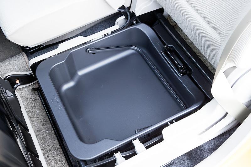 助手席下に用意されるアンダーボックス。そのボックスの下に小型のリチウムイオンバッテリーがレイアウトされる