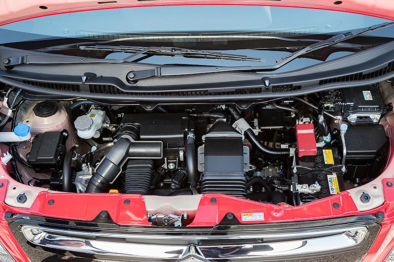 直列3気筒DOHC 0.66リッターターボエンジンは最高出力47kW(64PS)/6000rpm、最大トルク98Nm(10.0kgm)/3000rpmを発生。マイルドハイブリッド仕様では、これに2.3kW(3.1PS)/1000rpm、50Nm(5.1kgm)/100rpmを発生する「WA05A」モーターを組み合わせる