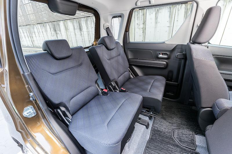 後席は左右独立でスライドできるほか、片手で操作できるワンタッチダブルフォールディング機能やリクライニング機構が備わる