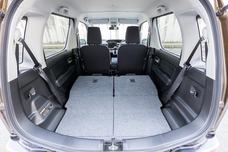 後席は50:50分割可倒式を採用。新型ワゴンRでは荷室開口幅を先代モデル比で100mm拡大したほか、バックドアバランサーを室外に設置。これにより、後席の圧迫感を減らすとともに荷物の出し入れのしやすさと収納性を向上させている