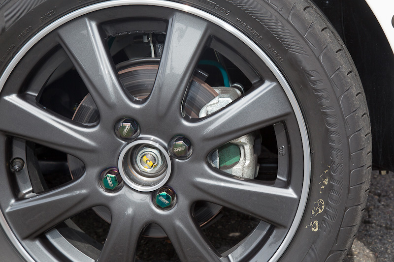 タイヤは乗用車用低燃費タイヤに限って交換可の規定。ブリヂストンのREGNO GR-LeggeraとPlayz PX-Cを用意したが、今回はPlayz PX-Cを使用。ブレーキパッドとブレーキホースはプロジェクトμ製に変えてある