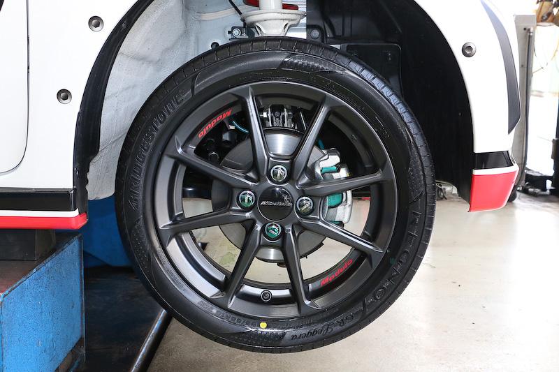 REGNO GR-LeggeraはModulo製のアルミホイール「MR-R01」と組み合わせた。タイヤ交換もタイヤ館パドック246で行なったが、お店で使用する機材の質もよく、スタッフの技術力も高いので安心して任せられる。レースはもちろんのこと、街中の走行においてもタイヤはとても重要なパーツなので、タイヤ選びと交換作業はタイヤ館のような信頼できるお店で行なってほしい