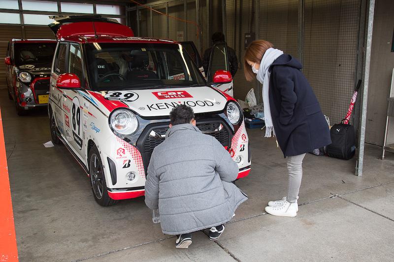 N-ONE OWNER'S CUPエントリー車のピット。早朝からエントラントが準備する。89号車もスポンサーステッカーを貼ったり車載カメラを取りつけたり(主催者の許可済み)の準備を行なう。その後、レースに出るための安全装備や整備状態を確認するための車検がある