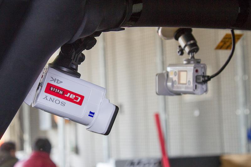 """Car Watchではレース中の動画を収録。カメラは前方×2、ドライバー向き、後方の4カ所にセット。スタート進行からゴールまで高画質で撮影。この映像は<a href=""""https://www.youtube.com/watch?v=4arIiPnbrJs"""">YouTubeのCar Watchチャンネル</A>で公開しているので、ぜひご覧になっていただきたい"""