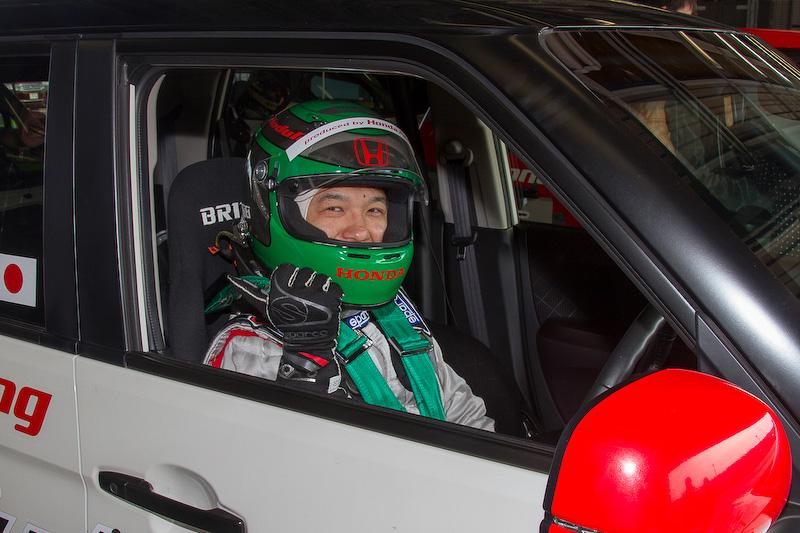 """N-ONE プレミアムをベースにレース規定部品と車高調整式サスキットを組んだ15号車は飛河和樹氏がドライブ。ホンダアクセスではカーナビなどの周辺機器の開発を行なっている方だ。N-ONE OWNER'S CUPへの参加は3年目だが、ドライバーとしては2年目。2016年までは164号車に乗っていて、今年からチームの""""1号車""""である15号車に乗れるようになった"""