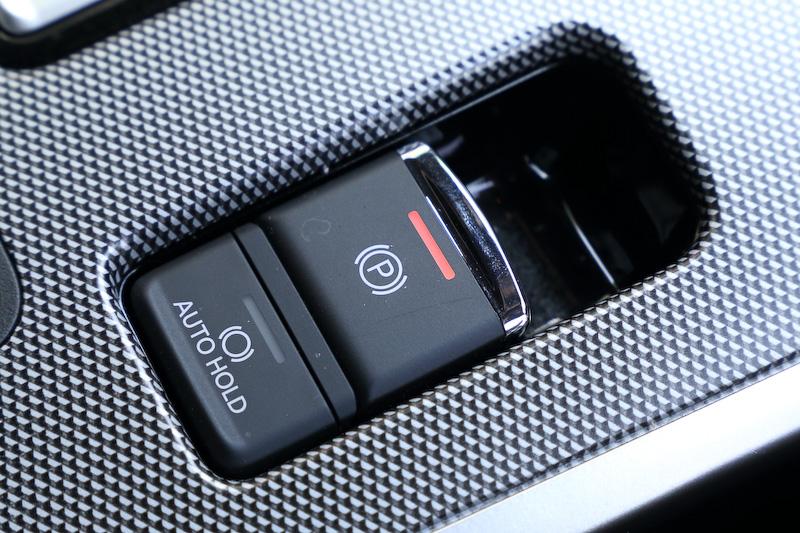 インテリアでもっとも大きな変更点になるのは、EV走行優先の「EV プライオリティモード」が新設定されたこと。電動パーキングブレーキも新採用の1つ
