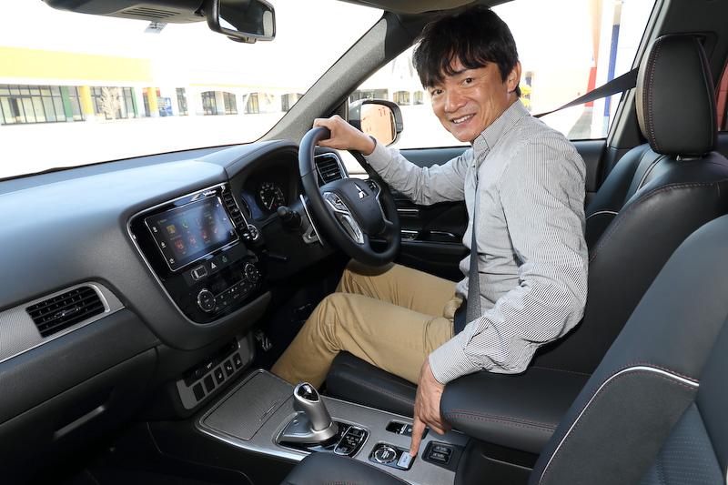 「EV プライオリティモード」が採用されたことで、新たにセンターコンソール後方に新「EV」ボタンを新設。EVボタンを押すことで、エンジン始動を抑制しながら極力モーターだけで走れるようになった