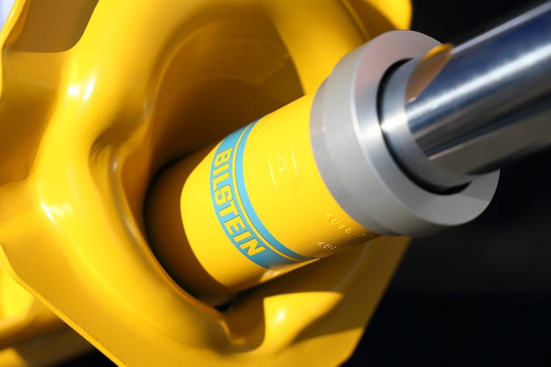 S エディションではビルシュタイン製の高性能ショックアブソーバーを採用