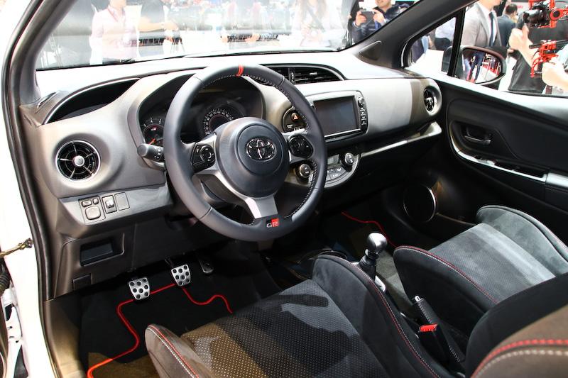GRのロゴが入った専用のステアリングやスポーツシートを装備。トランスミッションは6速MTとなる