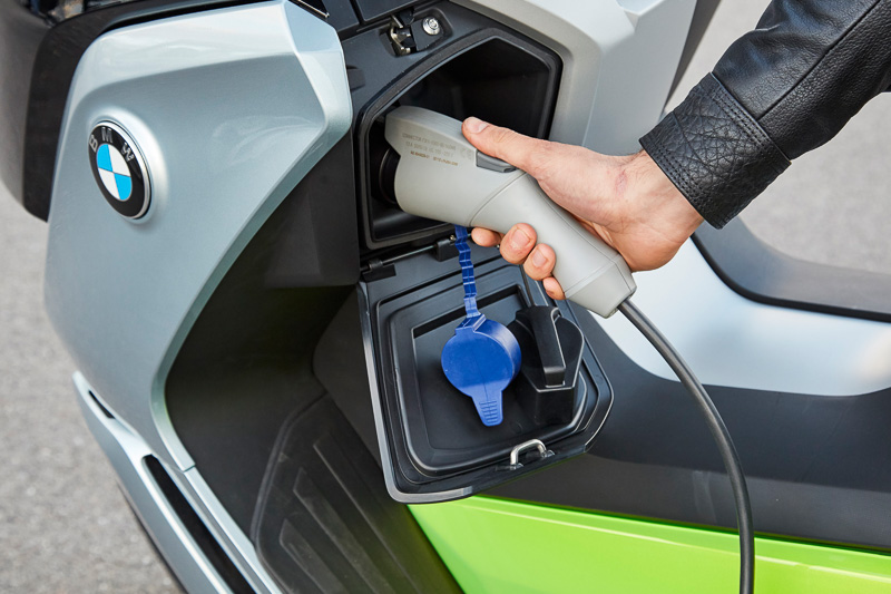 充電ポートはインナーカウル左側に設定。リチウムイオンバッテリーの容量は94Ah