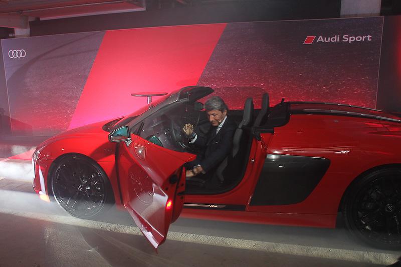 Audi Sport GmbH マネージングディレクターであるステファン・ヴィンケルマン氏が新型R8 スパイダーに乗って登場