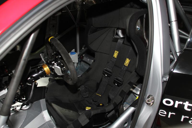 「バースレーシングプロジェクト(BRP)」チームのRS 3 LMS(19号車)のエンジン、室内