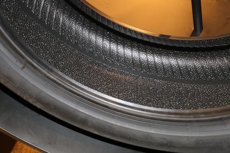 タイヤ内部も独特な見た目となっている