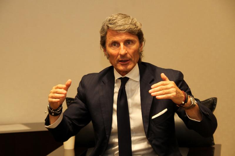 ステファン・ヴィンケルマン氏は1964年10月18日にベルリンで生まれ、ローマ育ち。メルセデス・ベンツ、フィアットを経て2005年にアウトモビリ・ランボルギーニの最高経営責任者(CEO)に就任。2016年3月15日にquattro GmbH(Audi Sport GmbHの前身)のマネージングディレクターに任命され、Audi Sportブランドを統括する立場にある