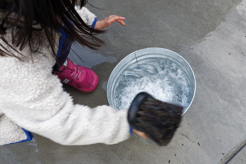 バケツに水とメンテナンスシャンプーを入れた後、かき混ぜてもらう