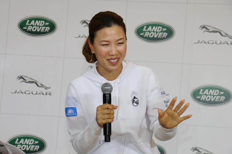 「先輩たちがかっこいいクルマに乗ってゴルフ場に来る姿を見て『私もそんなクルマに乗れるようになりたいな』って思っていました」と語る上田選手