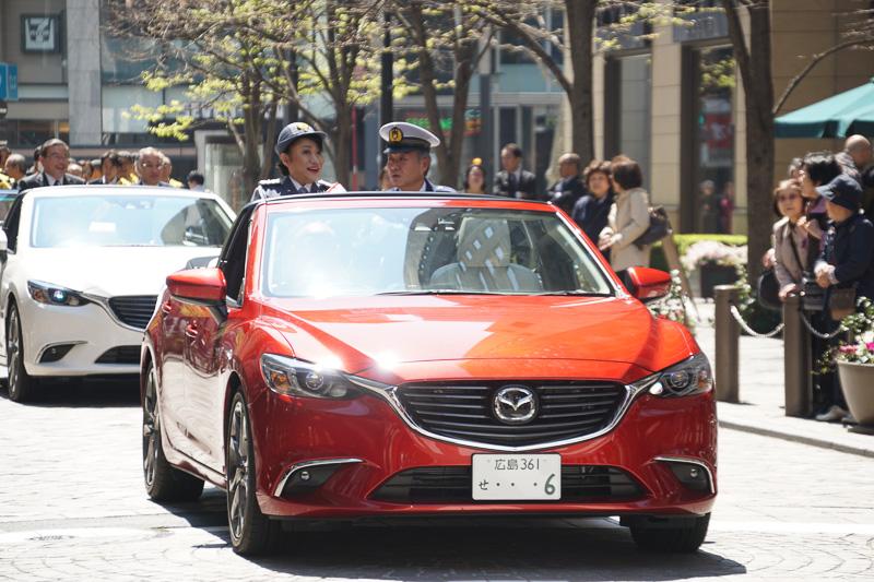 丸の内警察署の1日署長となった女優の山村紅葉さんが、マツダ「アテンザ」のオープンカーに乗って交通安全パレードに参加