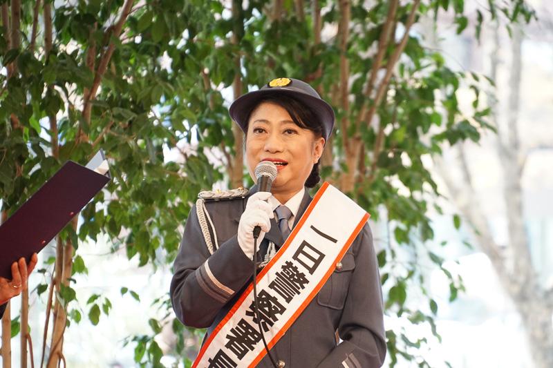 丸の内警察署1日署長として登場した女優の山村紅葉さん