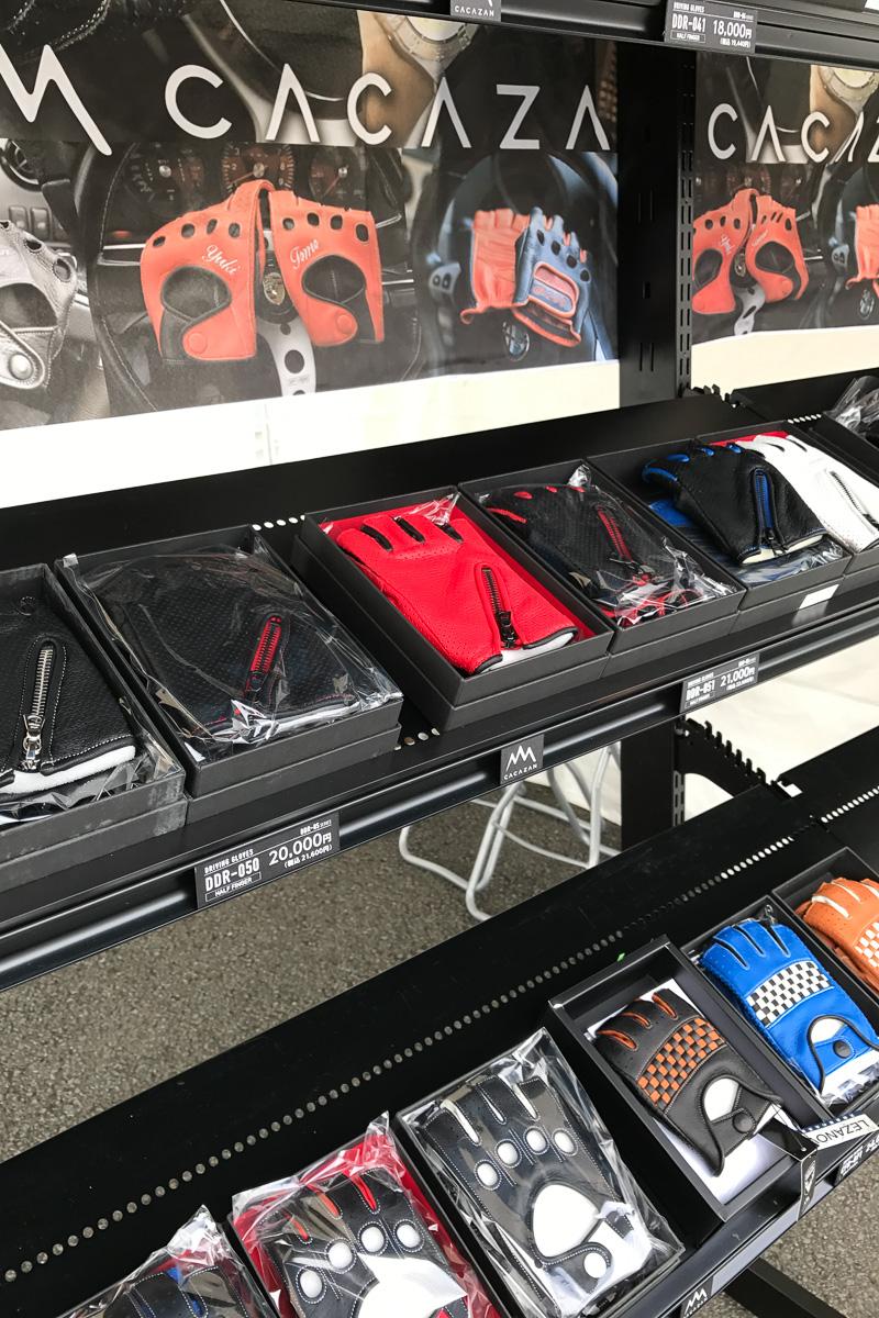 香川の「出石手袋」さんは、手作りのドライビンググローブ「CACAZAN」の展示&販売を実施。出石出袋さんはあるのある香川県さぬき市は、日本の手袋生産量でシェア90%なのですって。オーダーメイドも可能とのこと