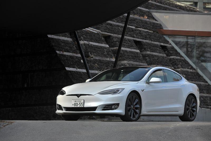 テスラハードウェア2.0を搭載し、ソフトウェアのアップデートにより将来的に完全自動運転に対応することも可能な「モデル S P100D」。価格は1704万1000円