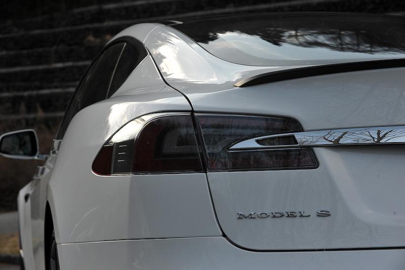 モデル S P100Dのボディサイズは4970×2180×1450mm(全長×全幅×全高。全幅はミラー部含む)、ホイールベース2960mm。100kWhのバッテリーを搭載して航続距離(NEDC)613kmを実現。システム全体で最高出力611PS、最大トルク967Nmを発生する前後2つのモーターを搭載し、駆動方式は4WDとなる。0-100km/h加速は2.7秒。タイヤはミシュラン「パイロットスーパースポーツ」(フロント245/35 ZR21、リア265/35 ZR21)を装着