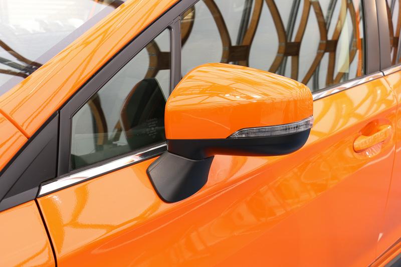 1.6リッター車と2.0リッター車を外観で見分ける分かりやすいポイントになるドアミラー。LEDサイドターンランプ&ターンインジケーターがないのが1.6リッター車、標準装備しているのが2.0リッター車となる。左のサンシャイン・オレンジの車両に装着されている光輝ウィンドウモールは2.0i-S EyeSight専用アイテム
